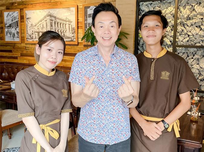 Nghệ sĩ Chí Tài vui vẻ bắn tin chụp ảnh với các nhân viên nhà hàng vốn là fan của anh.
