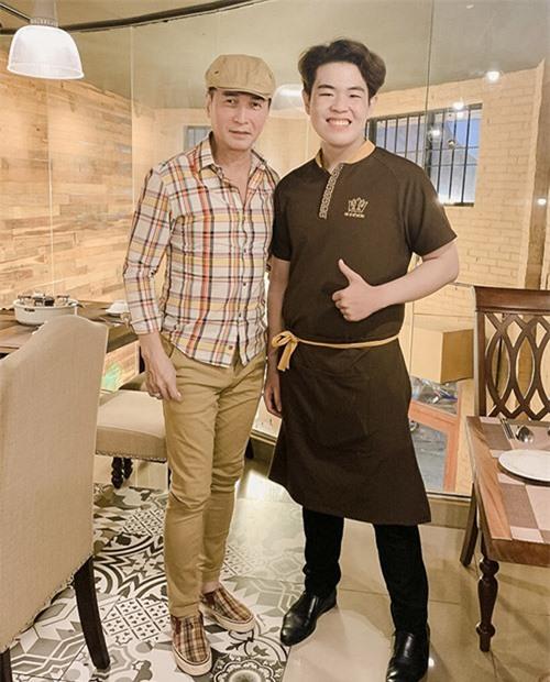 Ca sĩ Nguyễn Hưng (trái) trẻ trung, phong độ ở tuổi 65.