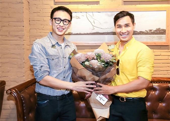 MC Quang Bảo tặng hoa, mừng Nguyên Khang lên chức ông chủ.