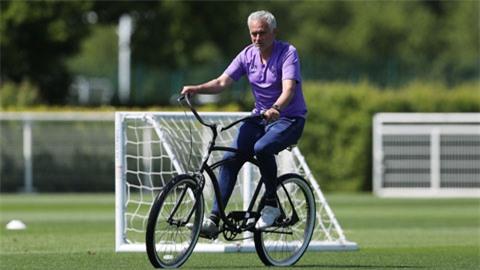 HLV Mourinho đang tỏ ra sốt ruột trước khi trái bóng có thể lăn tại Premier League