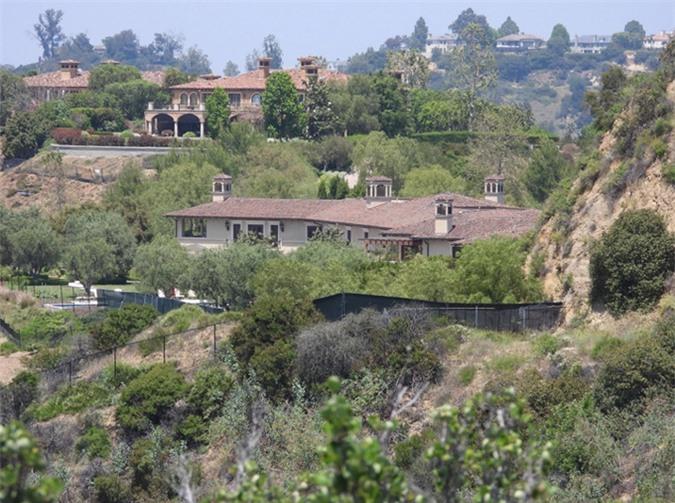 Biệt thự của Tyler Perry - nơi nhà Harry, Meghan đang sống, được quây thêm hàng rào hôm 8/5. Ảnh: Backgrid.