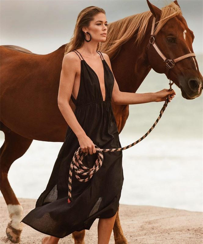 Siêu mẫu Doutzen Kroes khoe dáng đẹp đáng ngưỡng mộ với áo tắm - ảnh 11