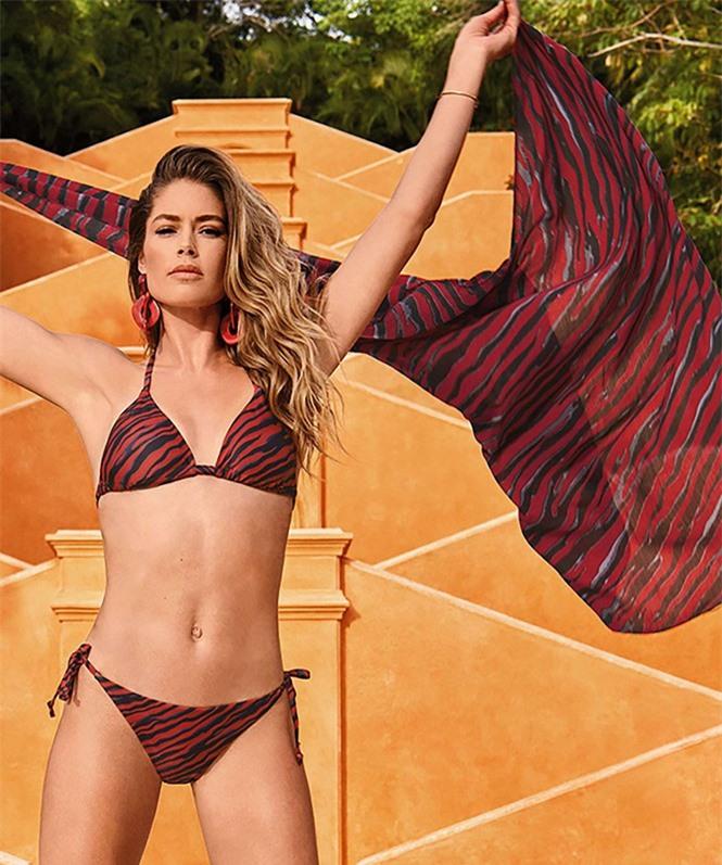Siêu mẫu Doutzen Kroes khoe dáng đẹp đáng ngưỡng mộ với áo tắm - ảnh 13