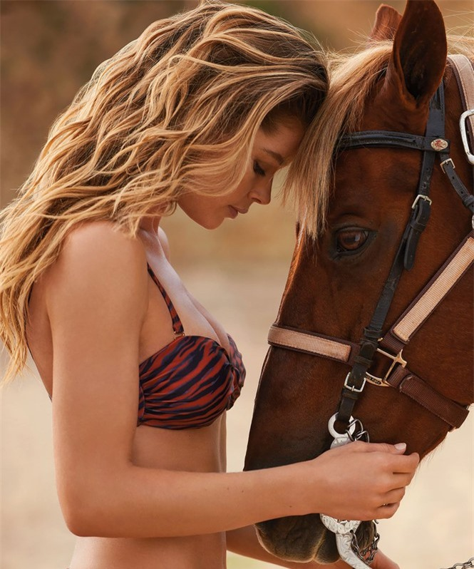 Siêu mẫu Doutzen Kroes khoe dáng đẹp đáng ngưỡng mộ với áo tắm - ảnh 5