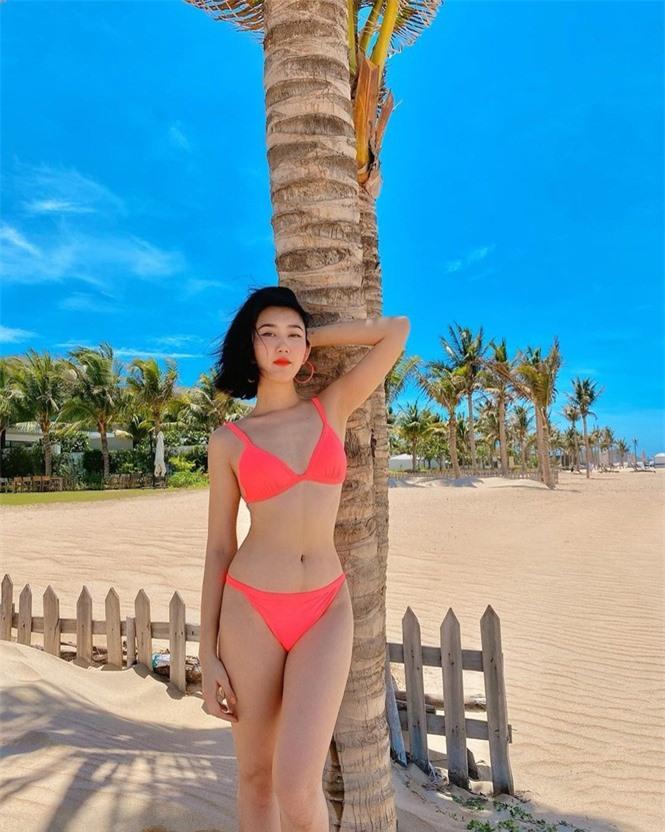 Thuý Ngân 'Gạo nếp gạo tẻ' diện bikini hồng rực bãi biển, dáng nuột nà đáng ghen tỵ - ảnh 2