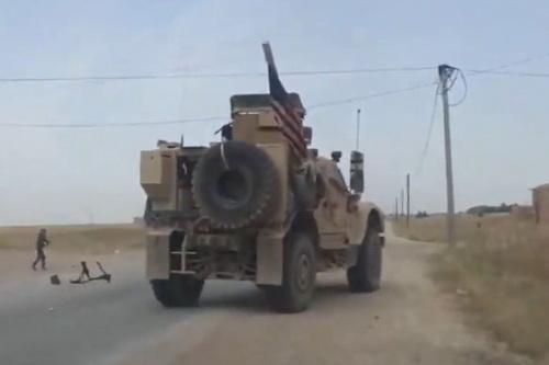 Binh sĩ Mỹ tiếp tục hứng chịu cuộc tấn công bằng gạch đá của người dân Syria. Ảnh: Al Masdar News.