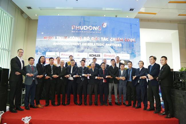 Leễ kí kết hợp tác giữa Phú Đông Group với 15 đối tác vào ngày 28/5