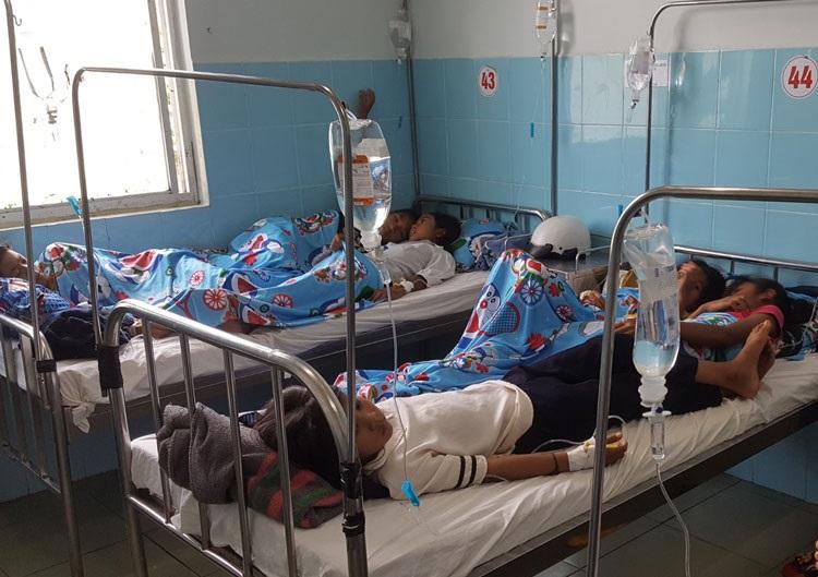 Học sinh Trường Tiểu học N'Thol Hạ cấp cứu tại Trung tâm Y tế Đức Trọng (Ảnh do người dân cung cấp)