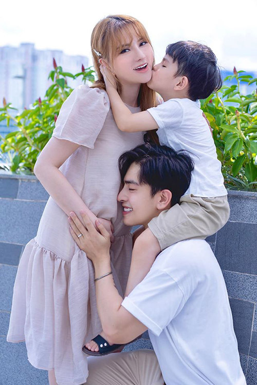 Kin Nguyễn hạnh phúc vì sắp được lên chức bố ở tuổi 26.