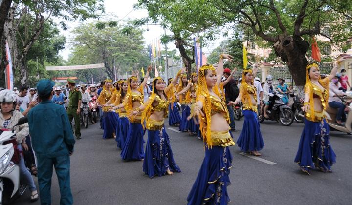 Lễ hội đường phố trong mỗi kỳ Festival luôn thu hút đông đảo người dân và du khách.