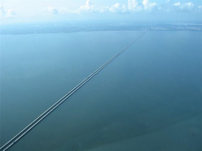 Cận cảnh cây cầu dài nhất thế giới: Đi mãi không đến nơi khiến bà bầu đẻ ngay trên cầu - Ảnh 2.