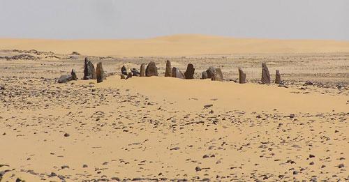 Nabta Playa (Ai Cập): Khu khảo cổ Nabta Playa nằm phía đông sa mạc Sahara khác lạ bởi vòng đá đứng. Những viên đá dựng thẳng đứng nặng vài tấn và có thể cao 2,7 m. Xuất hiện từ 6.000-6.500 năm trước, vòng đá đứng là sự liên kết thiên văn được phát hiện lâu đời nhất. Nabta Playa nằm cạnh hồ nước bị ngập một phần trong suốt mùa hè và mùa thu. Nhóm người sắp xếp các phiến đá thời đó có sự tiến bộ hơn. Nền văn hóa này có thể đã góp phần truyền cảm hứng cho triều đại Pharaoh phức tạp của Ai Cập.