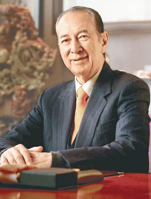Hà Hồng Sân (sinh ngày 25/11/1921) sinh ra trong một gia đình nổi tiếng tại Hong Kong. Tổ tiên ông mang dòng máu đa sắc tộc, từ Do Thái, Anh, Hà Lan đến Trung Quốc. Ông là con thứ 9 trong số 13 người con của gia đình. Ảnh: HKNews.