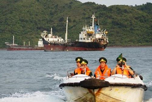 """Tàu """"ma"""" bán dầu lậu trên biển Việt Nam"""