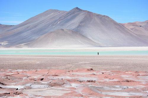 Atacama (Chile-Peru): Sa mạc Atacama là nơi mà không gì có thể tồn tại. Sa mạc ở Nam Mỹ này được coi là nơi khô nhất trên hành tinh với lượng mưa rất nhỏ mỗi năm. Ở đây, lượng nitrat và iodine dồi dào nhất thế giới. Đây là một bí ẩn khoáng sản bởi các vi khuẩn cần thiết cho sự hình thành 2 chất này không có trên sa mạc. Nitrat trải dài khoảng 700 km và rộng 20 km. Những lời giải thích cho đến ngày nay chỉ là các suy đoán, không có gì được chứng minh ngoài sự nghi ngờ.
