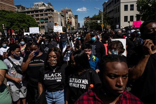 Mỹ: Nhiều nơi áp lệnh giới nghiêm, huy động quân đội đối phó biểu tình - 1