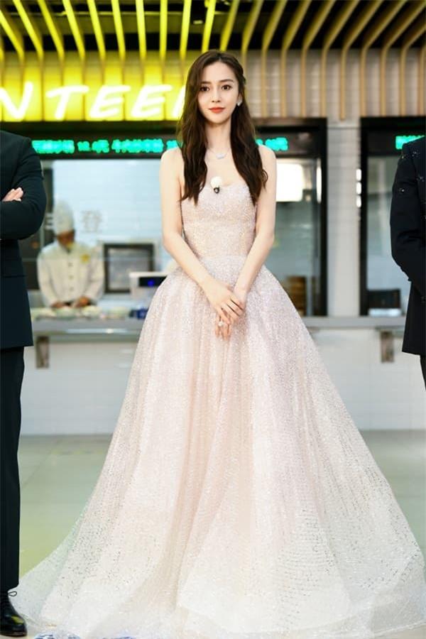 Tiết lộ thêm loạt hình ảnh mới của Angelababy: Xinh đẹp như công chúa, ai mà tin đã là bà mẹ một con 0