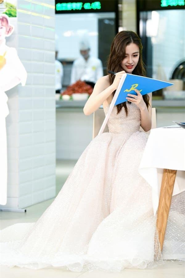 Tiết lộ thêm loạt hình ảnh mới của Angelababy: Xinh đẹp như công chúa, ai mà tin đã là bà mẹ một con 5