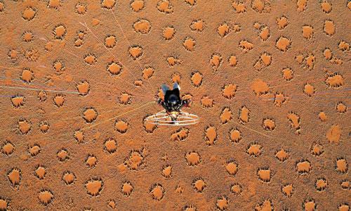 Sa mạc Namib (Namibia): Namib là sa mạc lớn nhất của Namibia, quốc gia thuộc châu Phi. Trên bề mặt sa mạc, hàng triệu vòng tròn rải rác và cách đều nhau. Cỏ ở viền vòng tròn có thể cao đến đầu gối nhưng lại không mọc phía trong ngay cả khi đất được bón phân. Mỗi vòng tròn có thể đạt đường kính từ 2-20 m và tuổi thọ 75 năm. Không ai biết nguyên nhân khiến chúng biến mất. Vùng đất xuất hiện vòng tròn kỳ lạ này trải dài trên quãng đường 1.800 km.