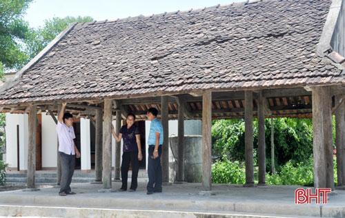 Đối diện với điện chính (nơi thờ tự) là điểm sinh hoạt cộng đồng của làng Tương Nịu xưa, được con cháu hậu thế phục dựng lại đặt ở khuôn viên đình làng ngày nay.