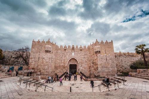 Syria: Cách Damascus 80 km, những tàn dư cuối cùng của thành phố bí ẩn giữa sa mạc ở Syria đã được tìm thấy. Năm 2009, một số công cụ bằng đá đã lọt vào mắt nhà khảo cổ học Robert Mason khi làm việc tại một tu viện cổ ở Syria. Những mảnh công cụ bằng đá được tìm thấy tại các vùng lân cận xuất hiện từ 6.000-10.000 năm trước. Ngày nay, những người đã xây dựng thành phố và lý do khiến nơi đây bị hủy hoại, biến mất vẫn còn là điều bí ẩn.