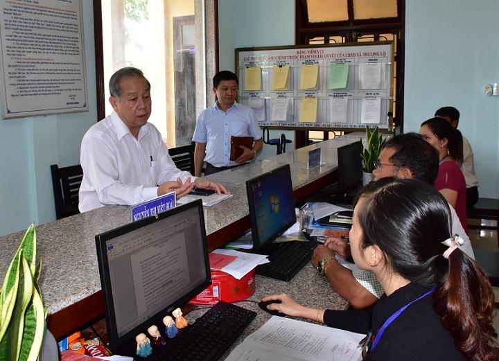 Chủ tịch UBND tỉnh Thừa Thiên Huế Phan Ngọc Thọ kiểm tra công tác tích hợp DVCTT tại xã Thượng Lộ, huyện Nam Đông (Ảnh: Báo Thừa Thiên Huế)