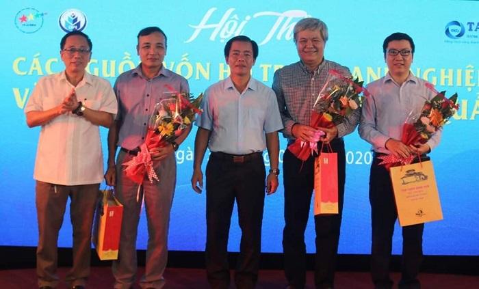Phó Chủ tịch UBND tỉnh Thừa Thiên Huế Nguyễn Văn Phương (giữa) cảm ơn các đại biểu và diễn giả đã tham gia chia sẻ thông tin Hội thảo.