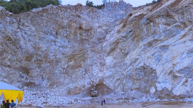 Tai nạn nghiêm trọng tại mỏ đá, 2 người tử vong, 1 người mất tích - Ảnh 1.