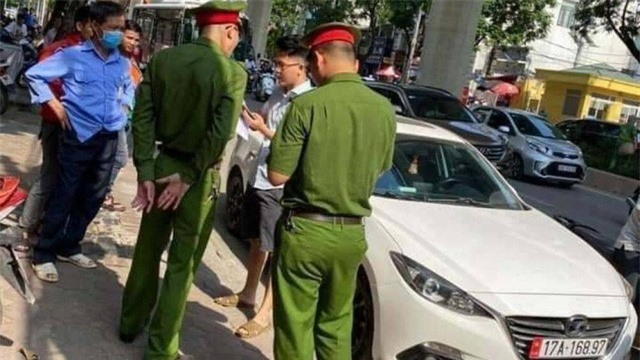 Hà Nội: Khởi tố, bắt tạm giam tài xế Mazda hất chiến sĩ công an lên nắp capô - Ảnh 1.