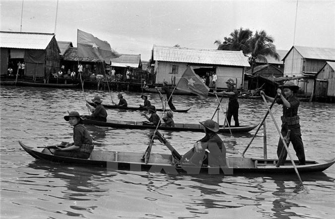 Đơn vị nữ pháo binh tiến vào giải phóng thị xã Cà Mau. (Nguồn: TTXVN)