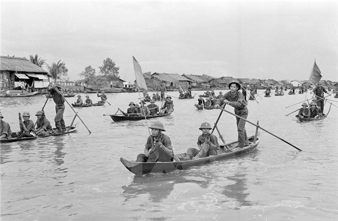 Bộ đội địa phương thị xã Cà Mau tiến vào giải phóng thị xã. (Nguồn: TTXVN)
