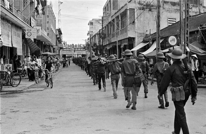 Quân giải phóng tiến vào giải phóng thị xã Rạch Giá. (Nguồn: TTXVN)