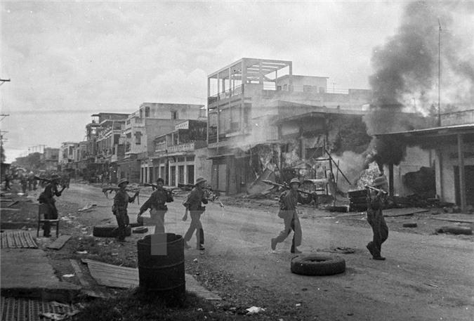Quân ta tiến vào giải phóng Xuân Lộc. Từ đầu tháng 4/1975, các binh đoàn chủ lực của ta từ khắp các hướng tiến về Sài Gòn, tấn công địch với sức mạnh vũ bão và tiêu diệt toàn bộ tuyến phòng thủ từ vòng ngoài của địch. (Nguồn: TTXVN)