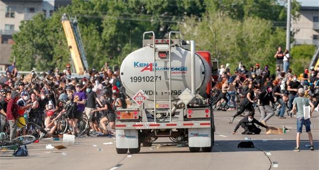 Xe bồn lao vào đám đông biểu tình tại Mỹ - 1