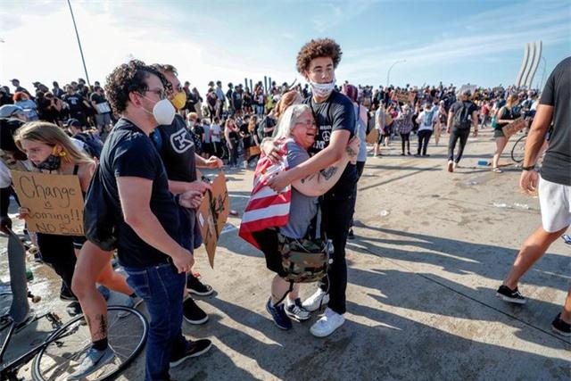 Xe bồn lao vào đám đông biểu tình tại Mỹ - 10