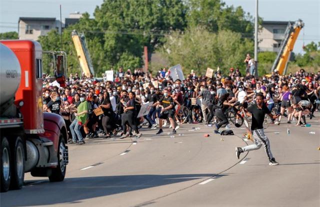 Xe bồn lao vào đám đông biểu tình tại Mỹ - 2
