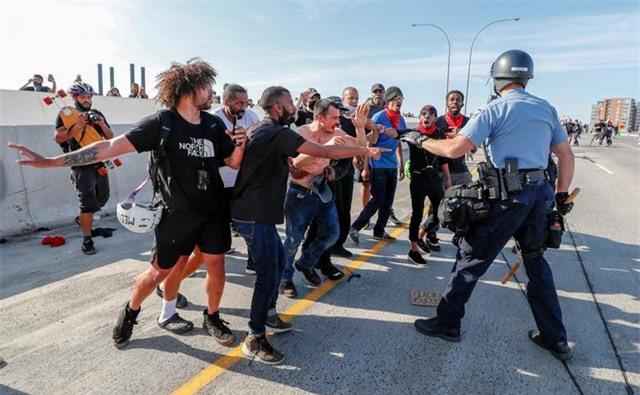 Xe bồn lao vào đám đông biểu tình tại Mỹ - 6