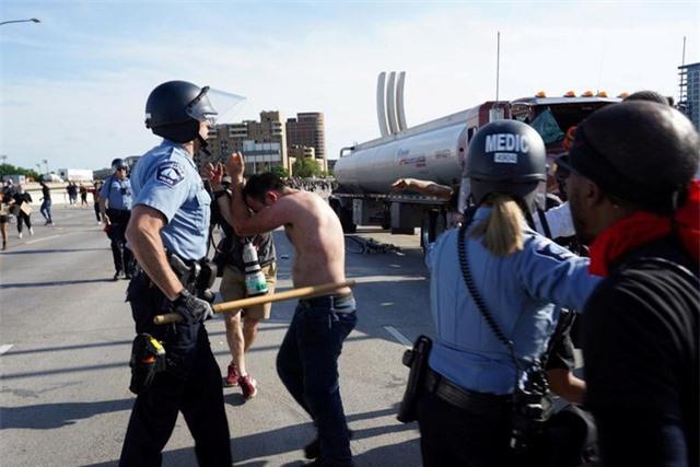 Xe bồn lao vào đám đông biểu tình tại Mỹ - 7