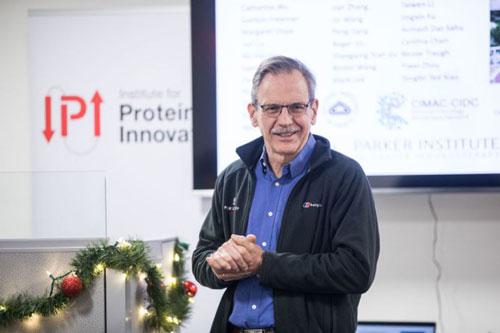 Việc Moderna phát triển vaccine ngừa Covid-19 khiến cổ phiếu công ty này tăng vọt trong những tuần gần đây. Điều đó giúp giáo sư Springer trở thành tỷ phú USD. Forbes ước tính rằng phần lớn tài sản 1 tỷ USD của ông đến từ 3,5% cổ phần Moderna. Ảnh: Bloomberg.
