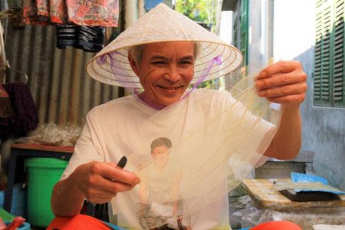 Thừa Thiên Huế: Ông lão nhặt lá rừng về làm nón trong suốt, chỉ che mưa không che... nắng