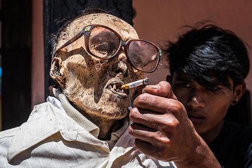 Lạ lùng tục lệ đào mộ, trang điểm và chụp ảnh cùng các xác chết