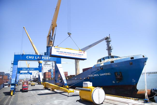 Sơmi rơmoóc đang được xếp lên tàu để xuất khẩu sang thị trường Mỹ vào ngày 1/6.