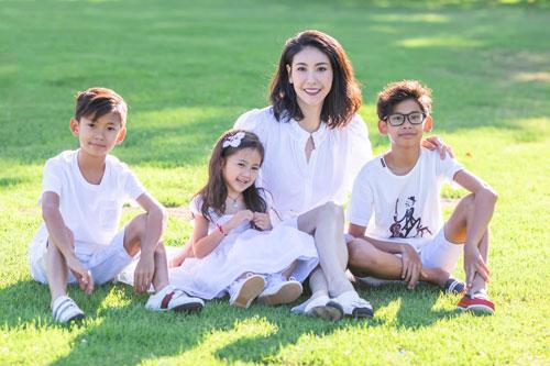 Hoa hậu Hà Kiều Anh đăng loạt ảnh tuyệt đẹp khi cùng 3 con về Mỹ thăm bà ngoại