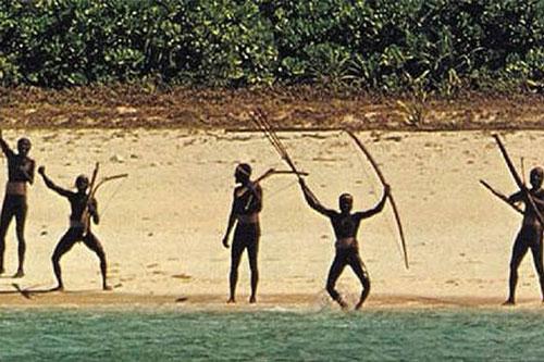 Thổ dân trên đảo North Sentinel dùng cung tên tấn công bất cứ người nào tìm cách xâm nhập lãnh thổ. Ảnh: Daily Mail
