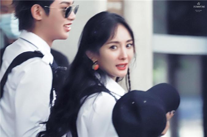 Dương Mịch xinh đẹp đi quay show giữa chỉ trích thờ ơ với con gái, Đặng Luân xuất hiện cực điển trai - Ảnh 2.
