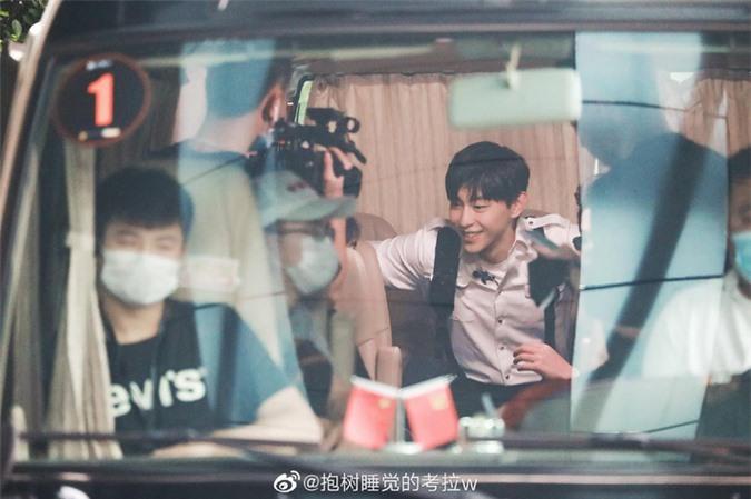 Dương Mịch xinh đẹp đi quay show giữa chỉ trích thờ ơ với con gái, Đặng Luân xuất hiện cực điển trai - Ảnh 12.
