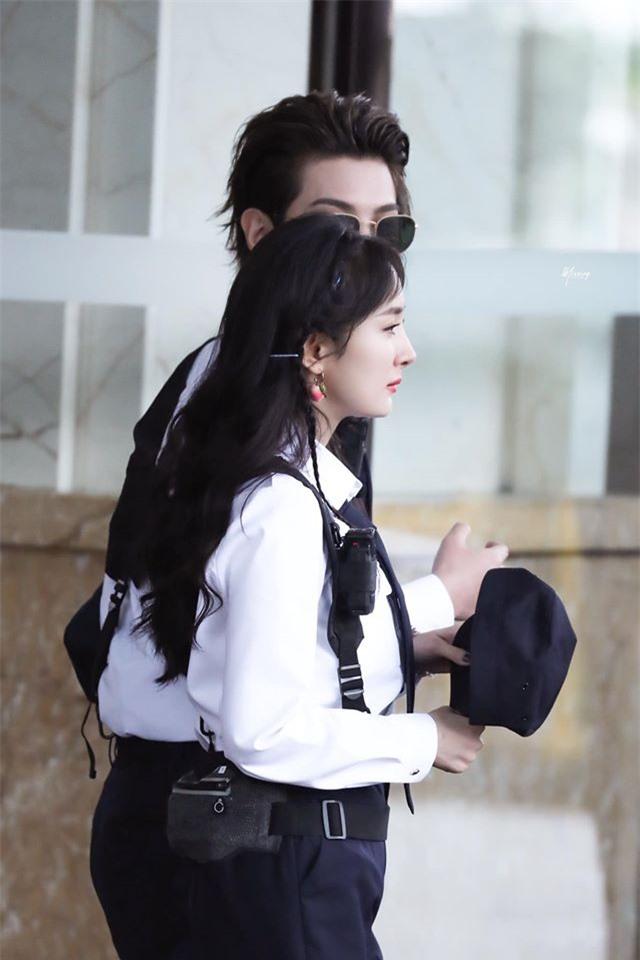 Dương Mịch xinh đẹp đi quay show giữa chỉ trích thờ ơ với con gái, Đặng Luân xuất hiện cực điển trai - Ảnh 4.