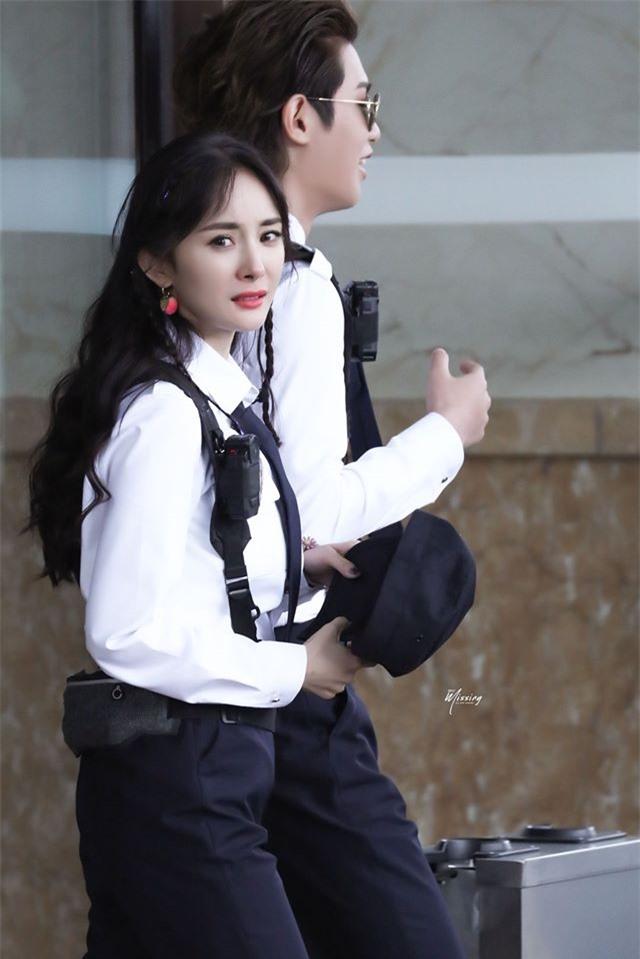 Dương Mịch xinh đẹp đi quay show giữa chỉ trích thờ ơ với con gái, Đặng Luân xuất hiện cực điển trai - Ảnh 5.