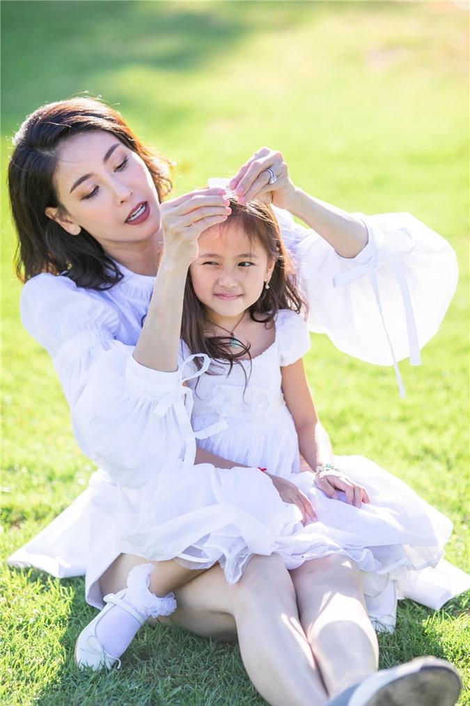 Hoa hậu Hà Kiều Anh đăng loạt ảnh tuyệt đẹp khi cùng 3 con về Mỹ thăm bà ngoại 1