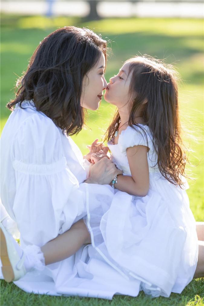Hoa hậu Hà Kiều Anh đăng loạt ảnh tuyệt đẹp khi cùng 3 con về Mỹ thăm bà ngoại 0